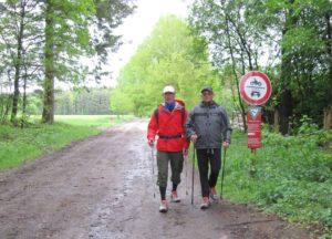 Benefiz-Nordic-Walking-Tour - Klaus Kippes und Michael Weber im Wald