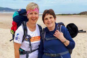 Benefizaktion Pilgern mit Parkinson - Stephanie Heinze und Eva-Maria am Strand