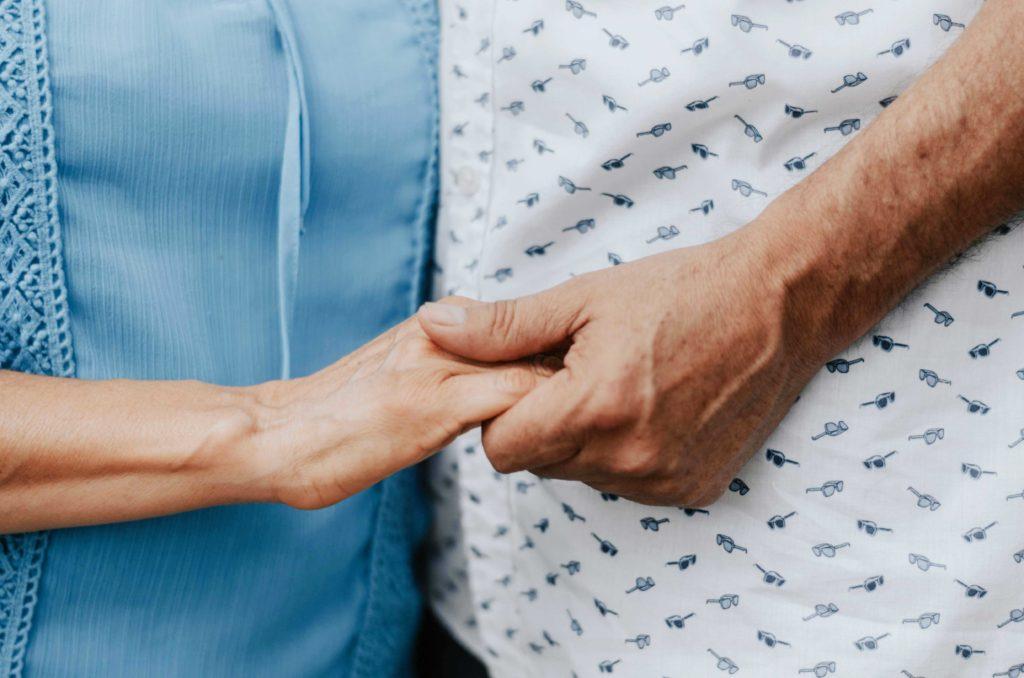 Fördermitgliedschaft für Betroffene und Angehörige - Hände halten