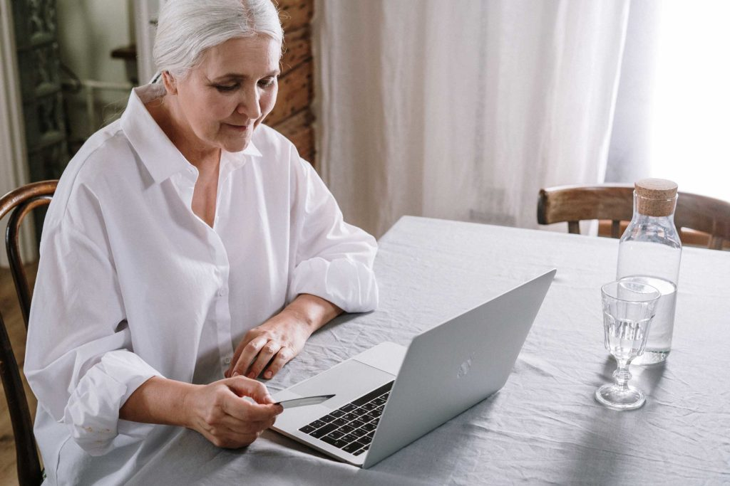 Online-Spende - Frau am Laptop